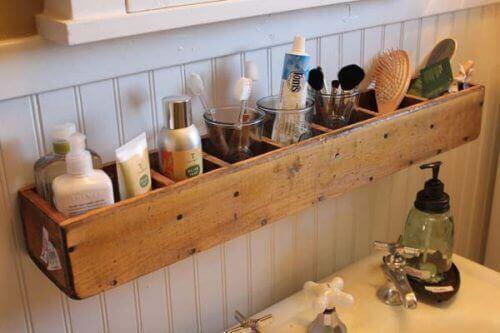 Voit säilyttää tavaroita seinälle asettettavilla hyllyillä.