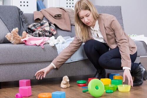 äiti järjestää lasten lelut