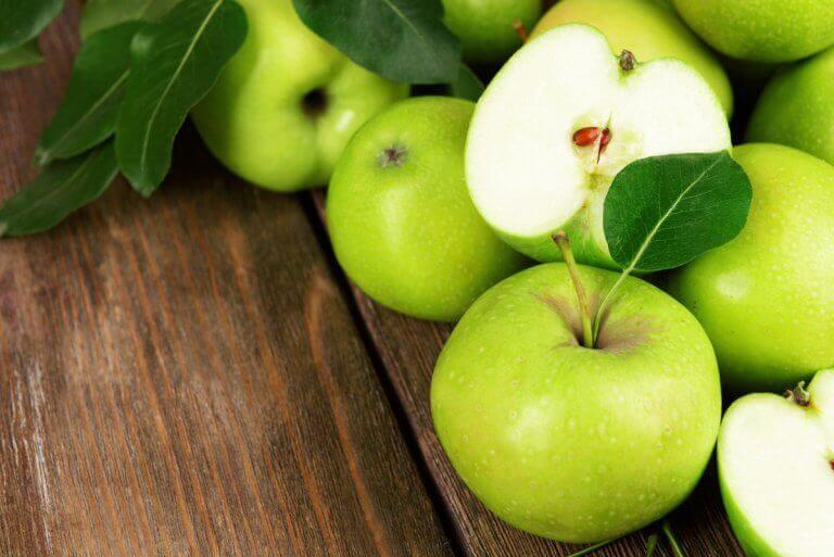 ravitsevaa salaattia vihreistä omenista