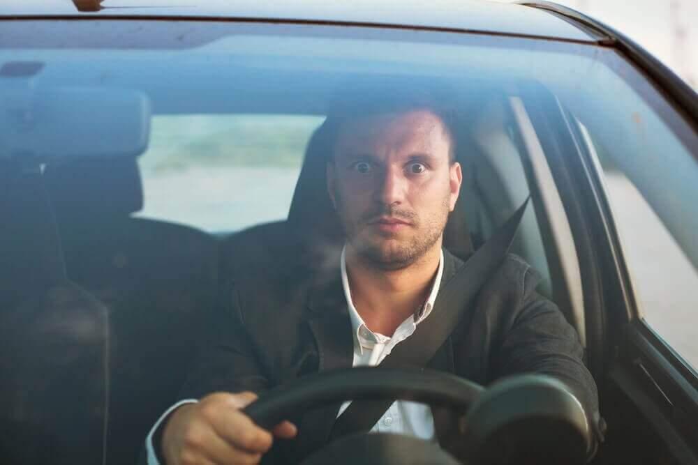 autolla ajaminen pelottaa miestä