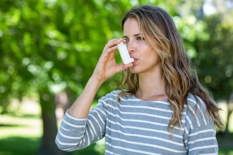 Voidaanko astmaa ja sen oireita hallita?