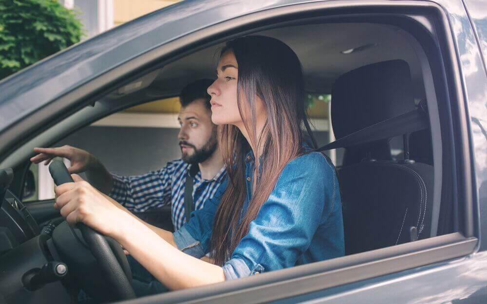 nainen opettelee ajamaan autoa