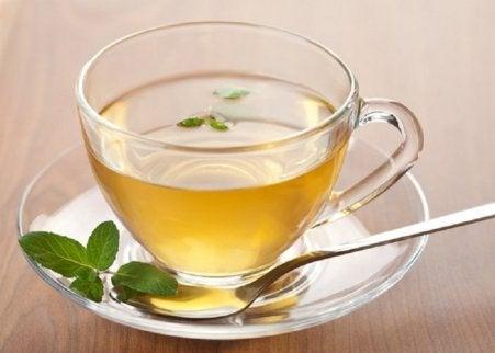 sitruunaista juomaa vihreästä teestä