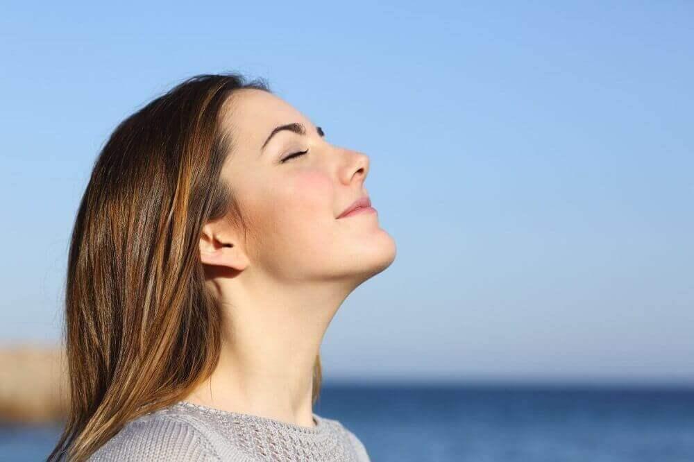 nainen tekee hengitysharjoituksia