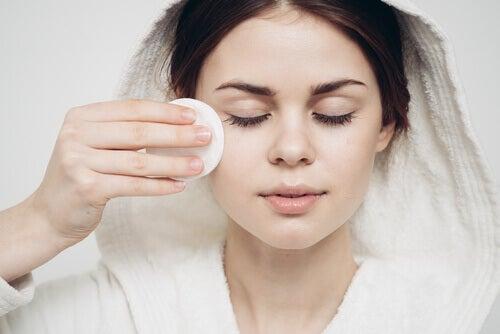 nainen puhdistaa kasvot