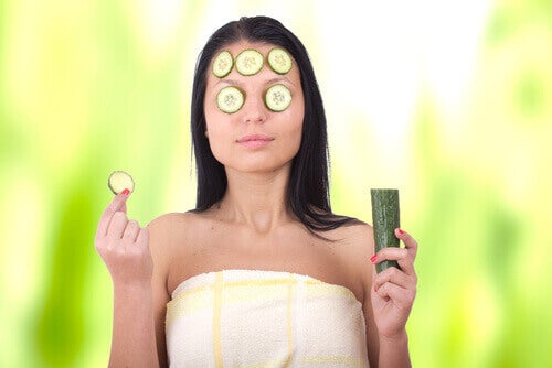 kokeile kurkkunaamiota tummien silmänalusien häivyttämiseksi