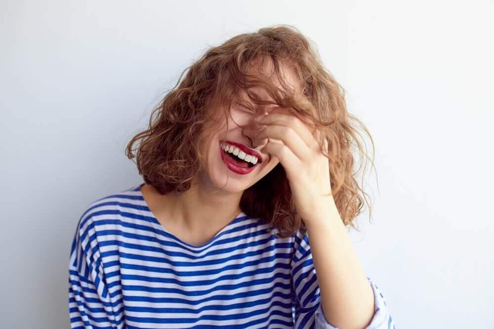 Nauraminen voi lievittää ahdistusta.