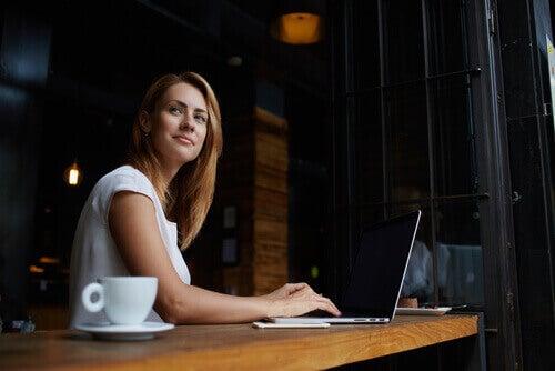 nainen tekee töitä kahvilassa