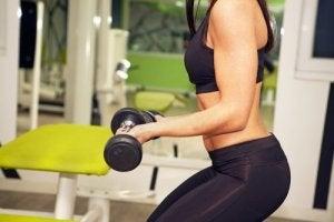 nainen nostaa painoa