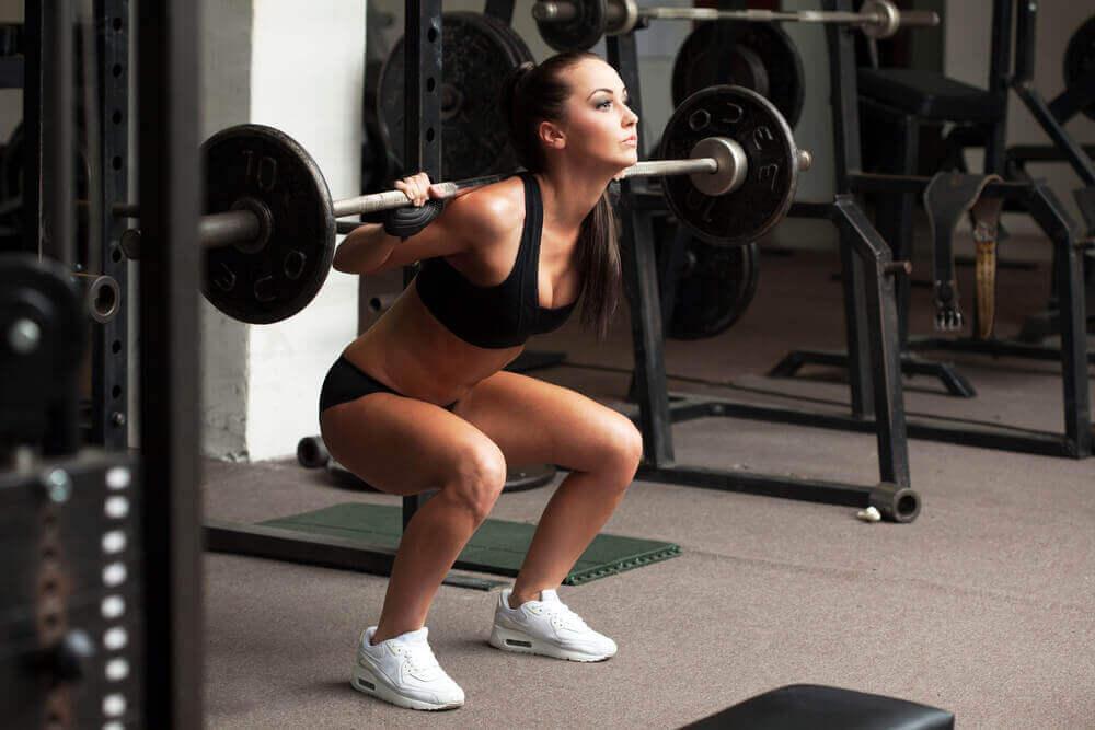 nainen lisää lihasmassaa