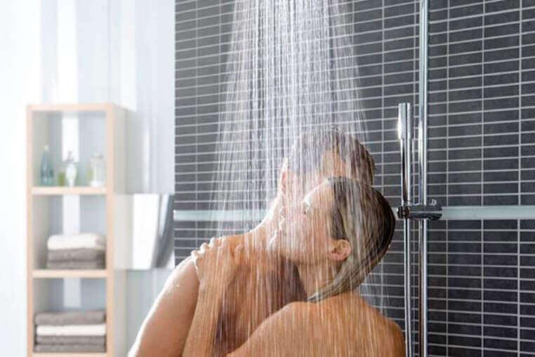 pariskunta suihkussa