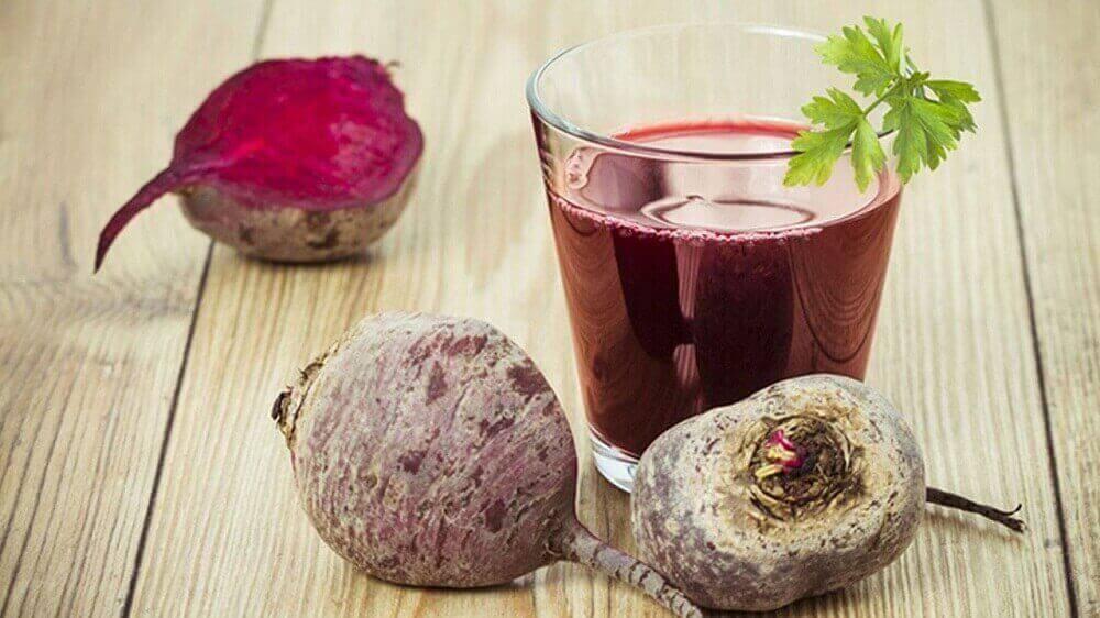 Valmista maksaa puhdistava juoma punajuuresta, karpalosta ja sitruunasta.