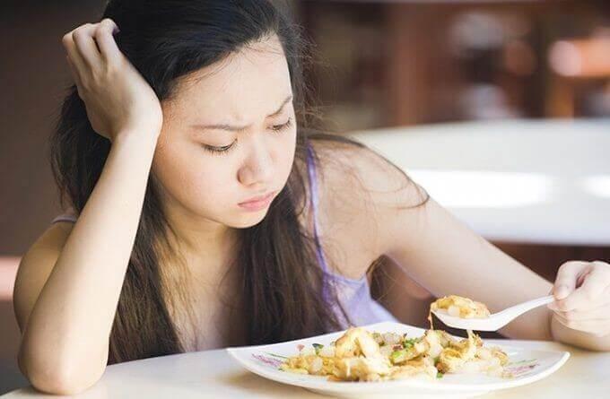 tyttö ei halua syödä