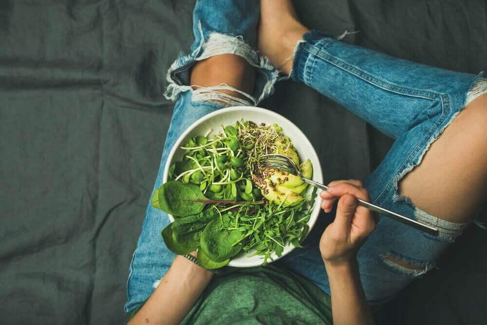 syö salaattia ehkäise raudanpuuteanemia