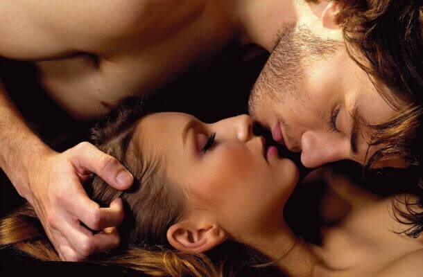 nainen ja mies suutelevat