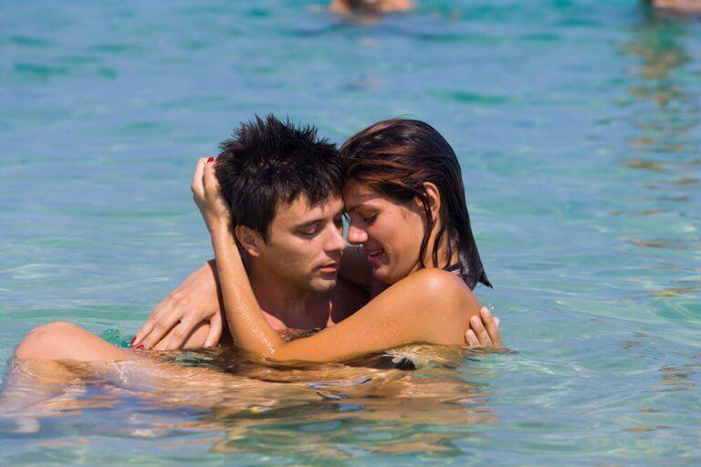pariskunta lienee harrastanut seksiä vedessä