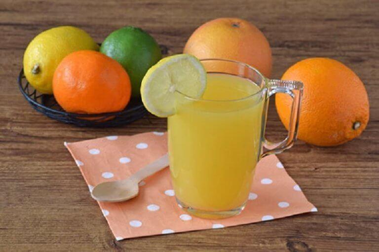 Sitrushedelmistä valmistettu juoma sisältää runsaasti vitamiineja.