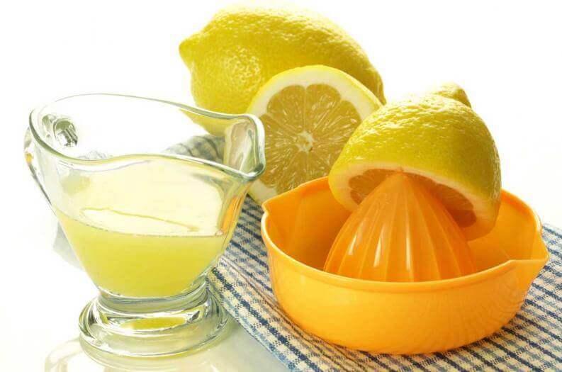 Vetyperoksidin ja sitruunamehun yhdistelmä luo loistavan valkaisuaineen.