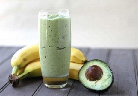 kokeile avokado-banaanismoothieta jossa vihreää teetä