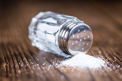 Pääset eroon kertyneistä nesteistä välttelemällä runsaasti suolaa sisältäviä ruokia.