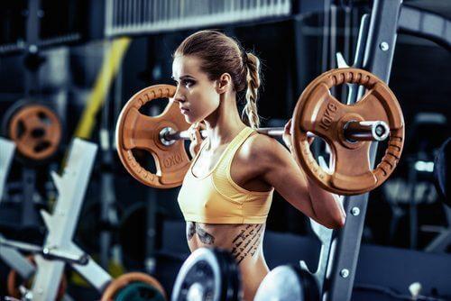 Moni kuntoilija pohtii, että kumpi on parempi treenatessa: enemmän painoa vai enemmän toistoja?