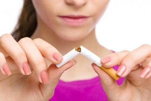 Astmasta kärsivän on syytä lopettaa tupakanpoltto.