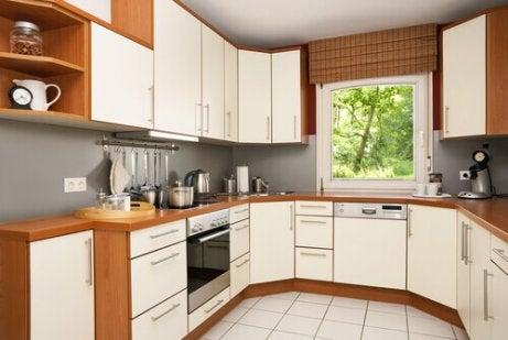 u:n muotoinen keittiö