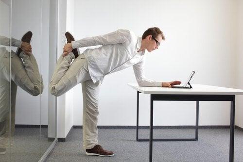 Voit venytellä vaikka työnteon lomassa säännöllisin väliajoin.