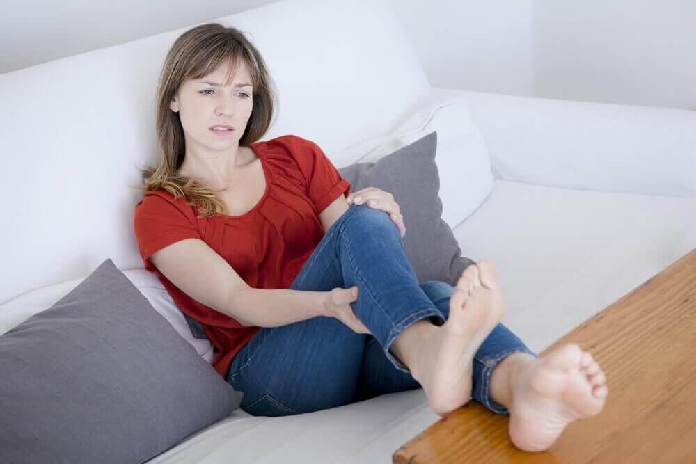 naisella on kipua jalassa