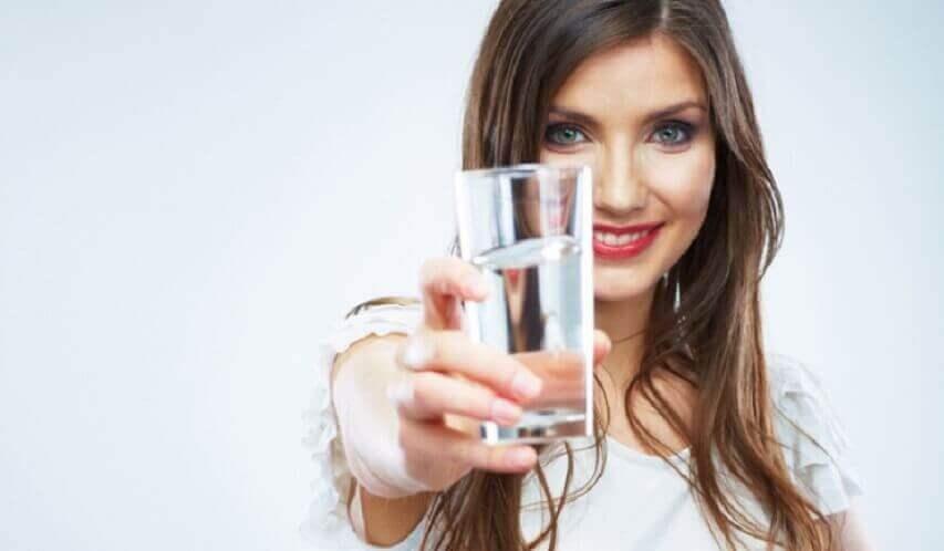 nainen tarjoaa vettä