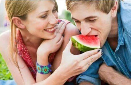 pariskunta syö vesimelonia