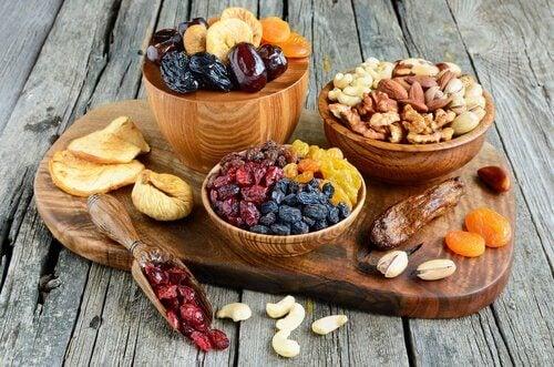 MIND-ruokavalio sisältää kuivattuja hedelmiä ja pähkinöitä
