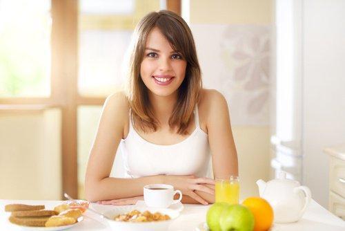 nainen syö aamiaista