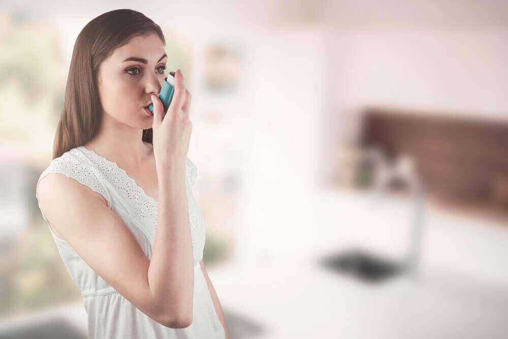 Astmaa ja sen oireita on mahdollista lievittää.