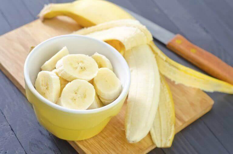 Banaani ja saksanpähkinät on terveellinen iltapala, ja se täyttää vatsaa sopivasti.
