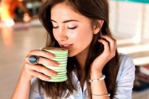 nainen juo diureettista juomaa