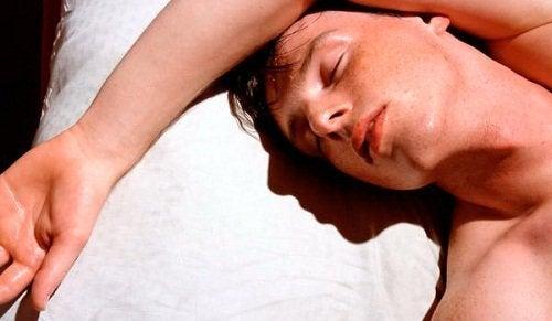 Yksi fibromyalgian oireista on yöhikoilu.