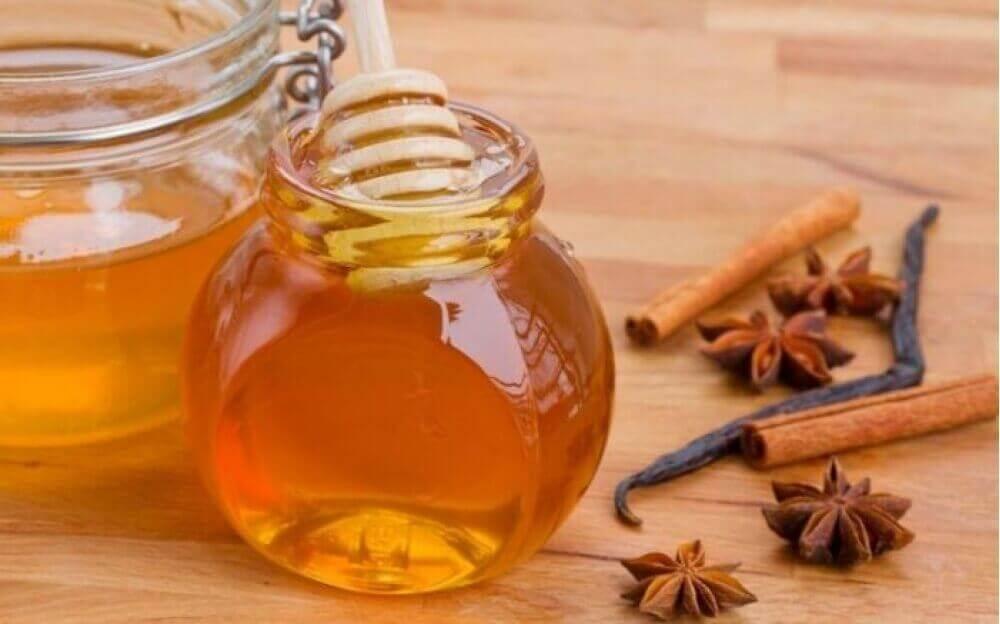 Hiusten vaalentaminen onnistuu kanelin, hunajan ja etikan avulla.