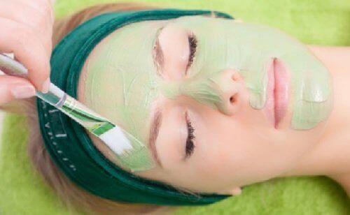 säteilevät kasvot naamioiden avulla