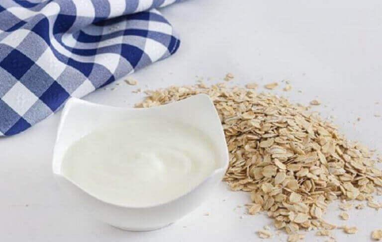 Sekoita kaura ja jogurtti keskenään, niin saat täyttävän iltapalan.