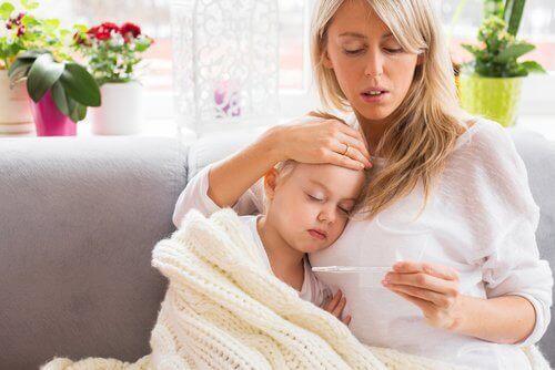 Aivokalvontulehdus aiheuttaa lapsella kuumetta.