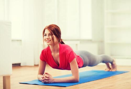 Muokattu lankkuliike auttaa työstämään mm. vyötäröäsi.