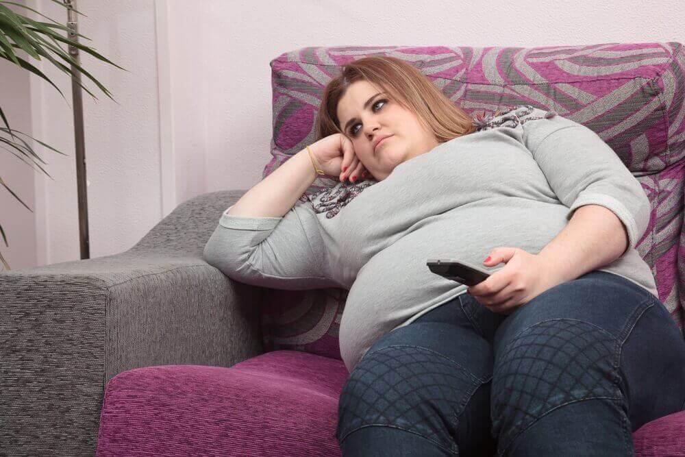 ylipainoinen nainen sohvalla