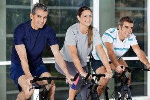 yli 40-vuotiaat polkevat kuntopyörää