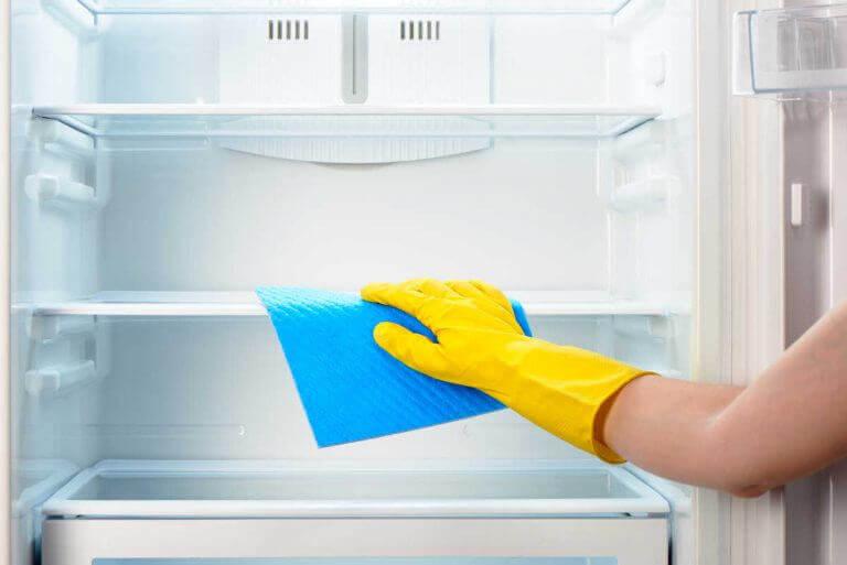 poista pahat hajut keittiöstä puhdistamalla jääkaappi