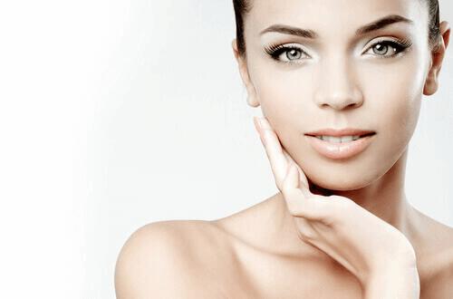 naisen kasvojen iho on kaunis