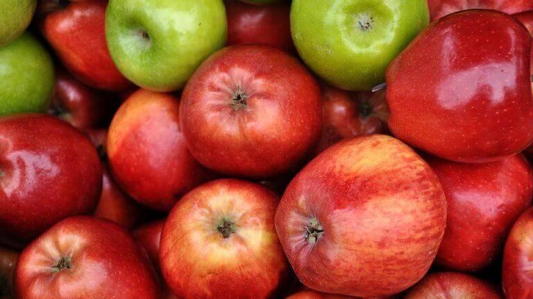 vihreät ja punaiset omenat