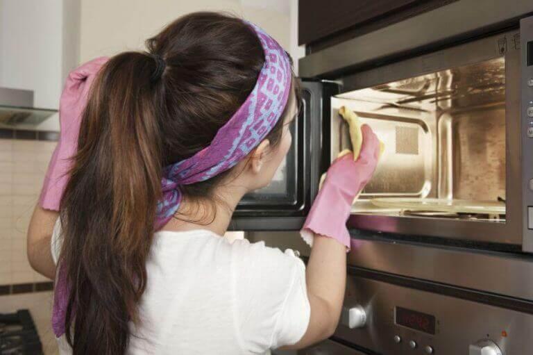 nainen poistaa hajut keittiöstä