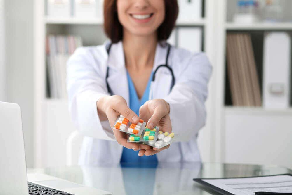 lääkäri tarjoaa lääkkeitä
