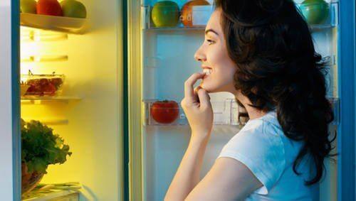 nainen himoaa ruokaa jääkaapista